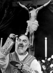 Padre Pio celebrando la Eucaristía