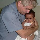 Padre Aldo Trento con niño